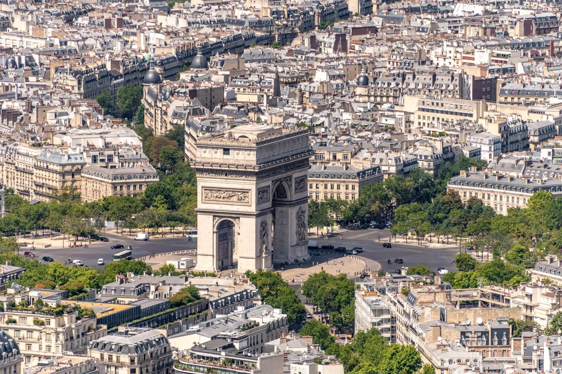 A wide shot of Arc de Triomphe.