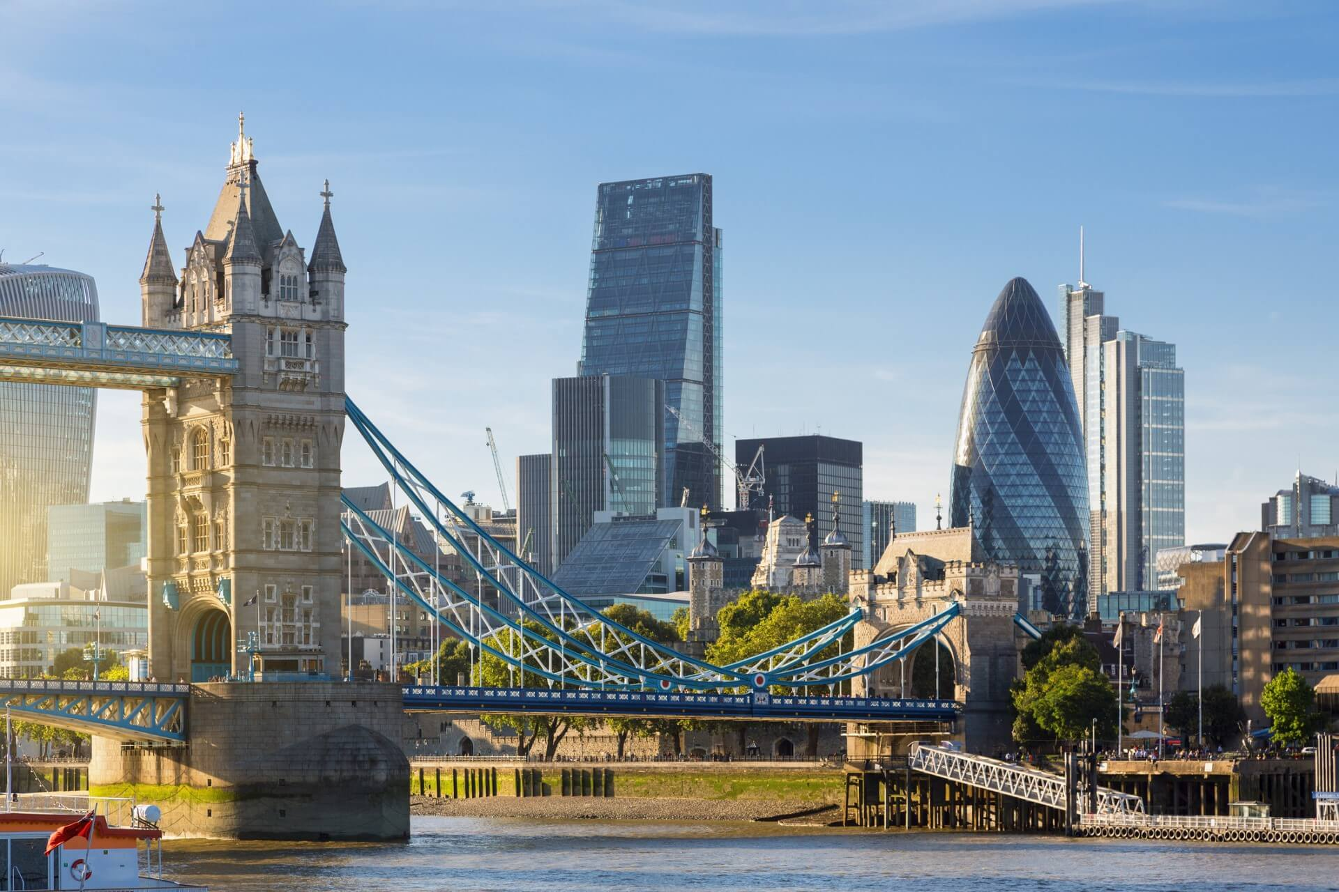 A picture of the London bridge.